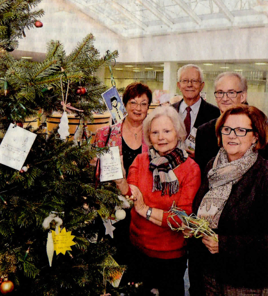 Freuen sich über den Wunschbaum (v.l.): Regina Wedding, Erhard Tönjes, Hildegard Laufer, Wolfgang Soldin, Marianne Koch. Foto: Dietrich Janicki